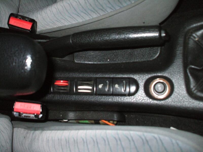 středový panel-tlačítka vyhřívání předních sedaček.jpg